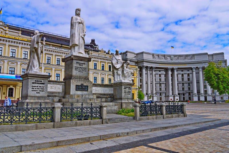 Monumenten aan St Andrew eerste-Geroepen, de Prinses Olga, duidelijke Cyril en Methodius dichtbij de bouw van het Ministerie royalty-vrije stock foto