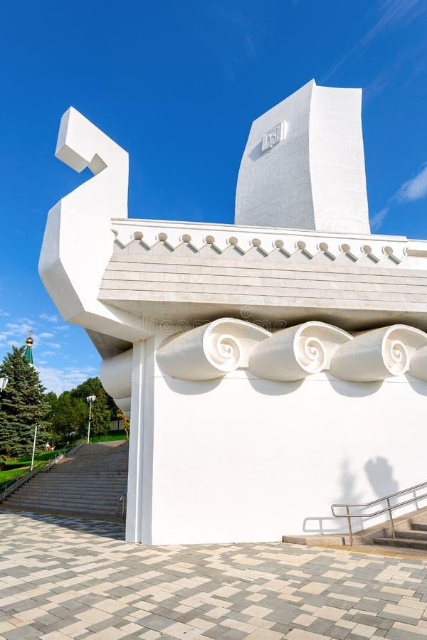 Monumenten` Boot ` in de vorm van een schip met een wit zeil stock foto