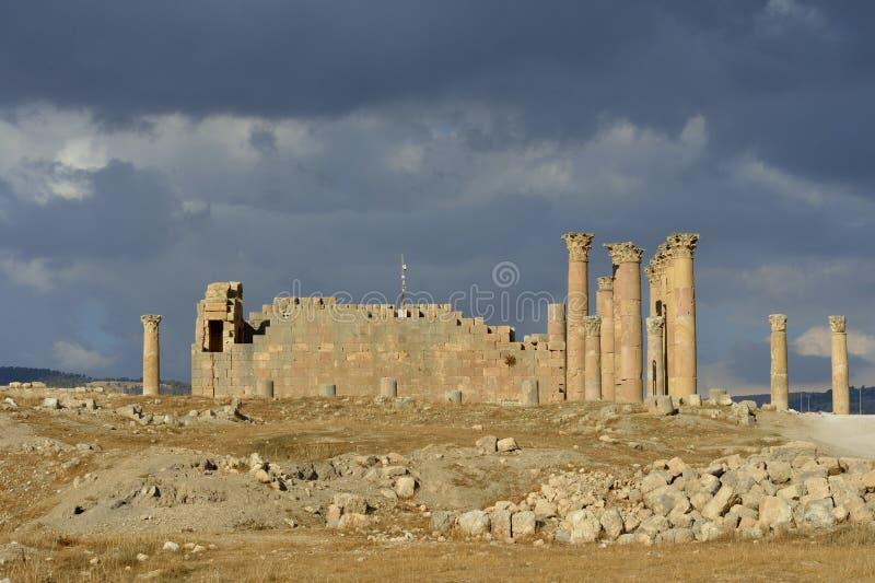 Monumenten in Jerash vóór een onweersbui - Jordanië stock afbeelding