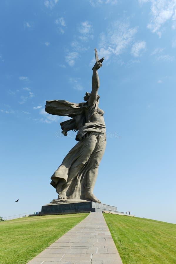 Monumentet fäderneslandappellerna av Mamaeven Kurgan i Volgograd royaltyfria bilder
