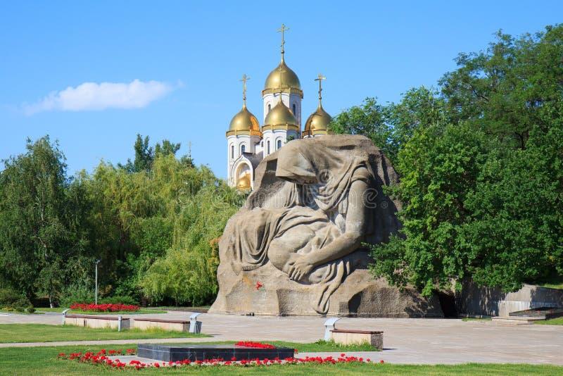 Monumentet fostrar sorg i Mamaev Kurgan, Volgograd, Ryssland arkivbilder
