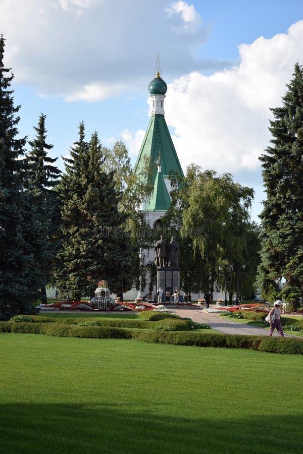 Monumentet mot bakgrunden church2 royaltyfri fotografi