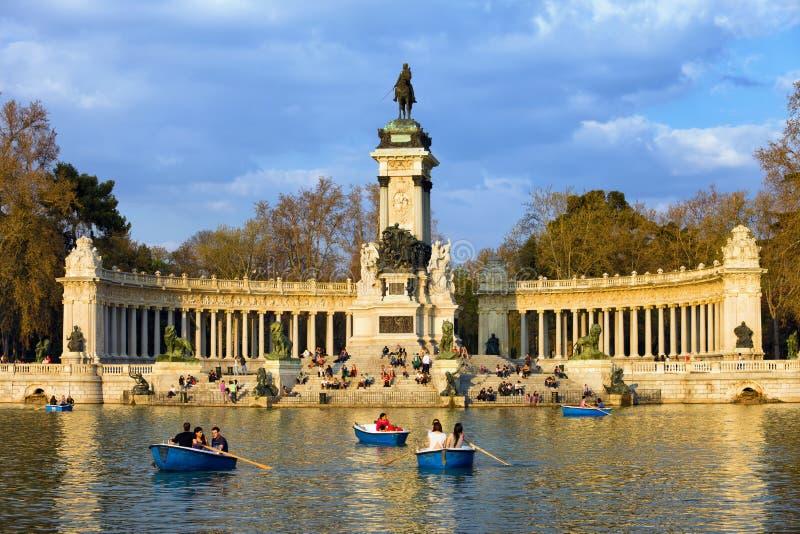 Monumentet och sj?n i Retiro parkerar i Madrid royaltyfri fotografi