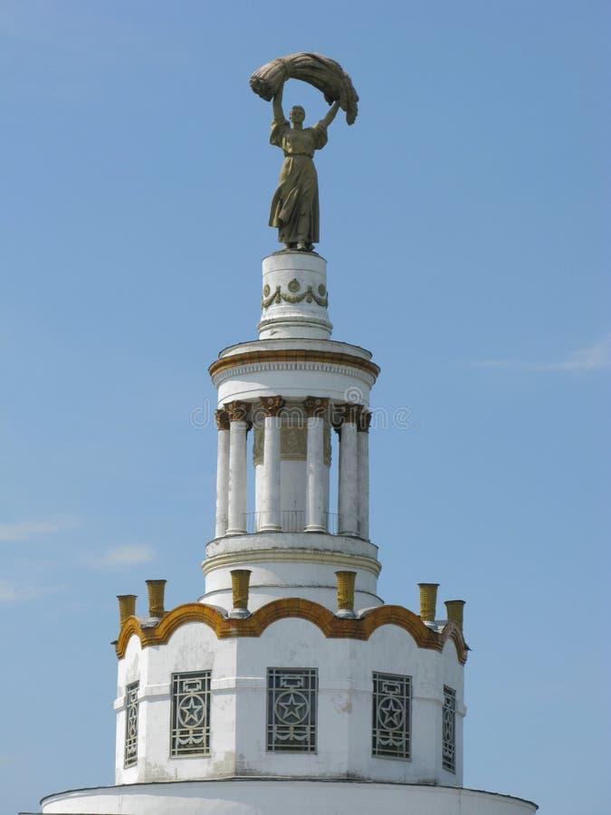 Monumentet som visas på en kvinna med en bunt av vete Symbol av skörden och bröd som den gastronomiska strömförsörjningen arkivfoto