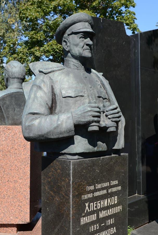 Monumentet till Överste-allmänt av artilleri Nikolai Khlebnikov på den Novodevichy kyrkogården i Moskva arkivbild