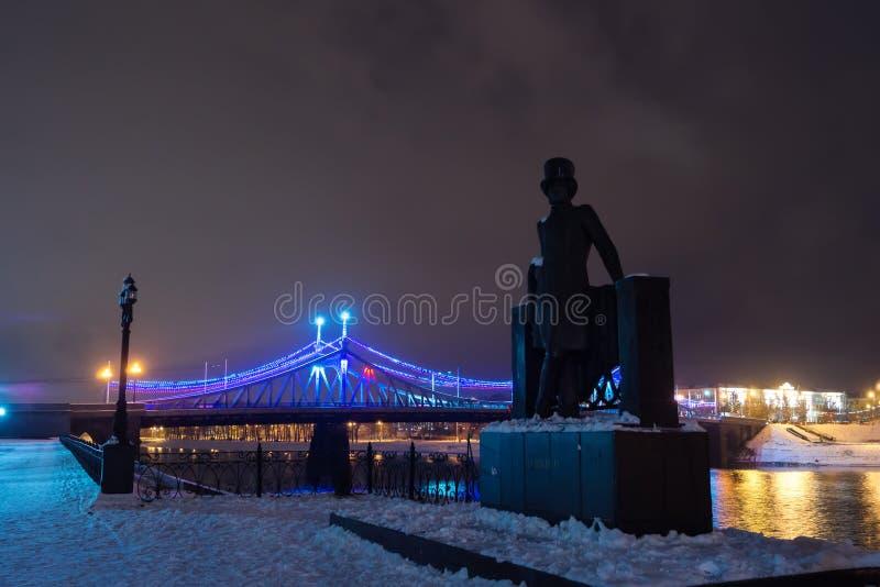 Monumentet till den Alexander Pushkin och Starovolzhsky bron på ni arkivbild