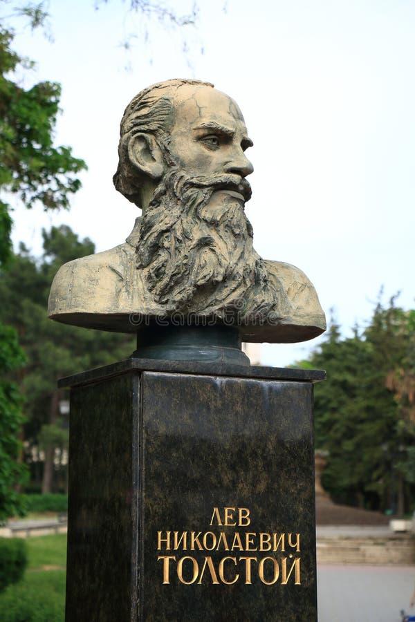 Monumentet till den ryska författaren Leo Tolstoy parkerar offentligt i Pyatigorsk, Ryssland arkivbilder