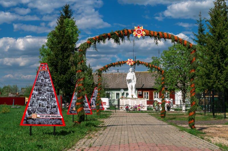 Monumentet till det stupat i världskrig 2 tjäna som soldat i en massgrav i den Kaluga regionen i Ryssland arkivbild