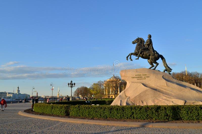 Monumentet till Peter det stort bronsskickliga ryttaren i sprinen arkivbild