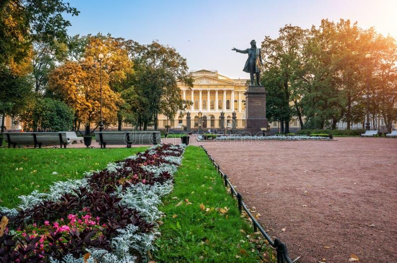 Monumentet till Pushkin på konster kvadrerar arkivbilder