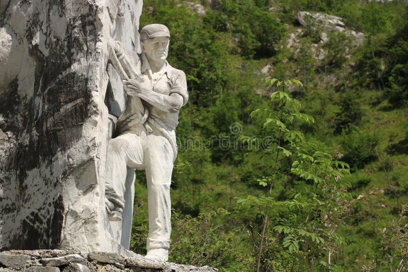Monumentet till tecchiaioloquarrymanen till Carraraen marmorerar quar royaltyfria foton