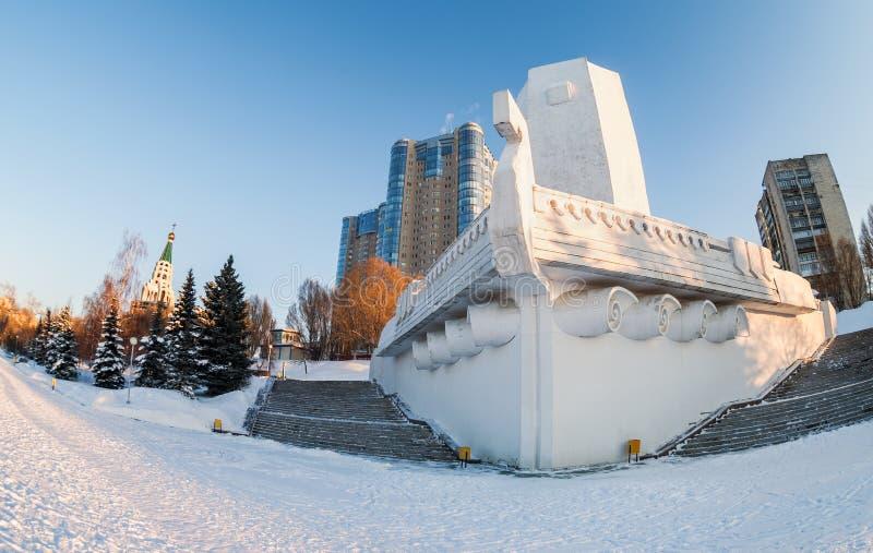 Monumentfartyg på stadsinvallningen i samaraen, Ryssland royaltyfri foto