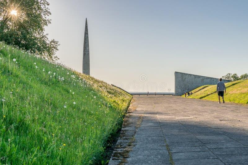 Monumenti e un sole che shinning attraverso un albero fotografia stock libera da diritti