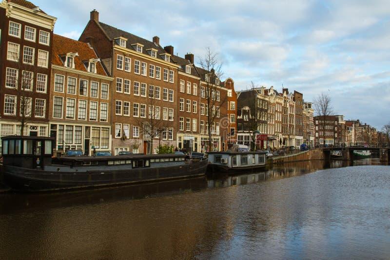 Monumenti storici sopra i canali in Città Vecchia di Amsterdam netherlands immagini stock