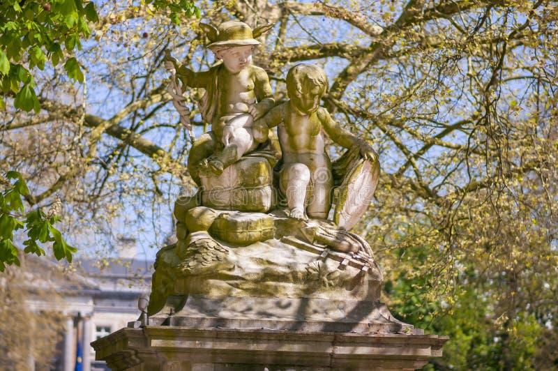 Monumenti, vecchie sculture nel parco Parc de Bruxelles di Bruxelles davanti a Royal Palace fotografia stock