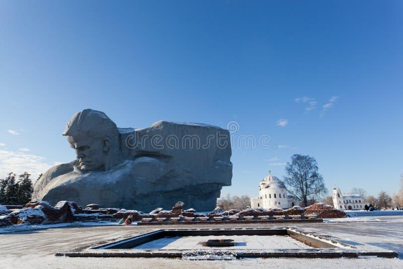 Monumentkurage och en evig flamma i den Brest fästningen royaltyfri fotografi