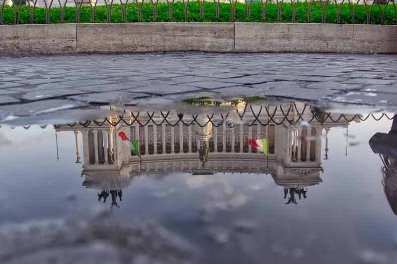 Monumento维托里奥水坑反射的,罗马, Ita Emanuele II 库存图片