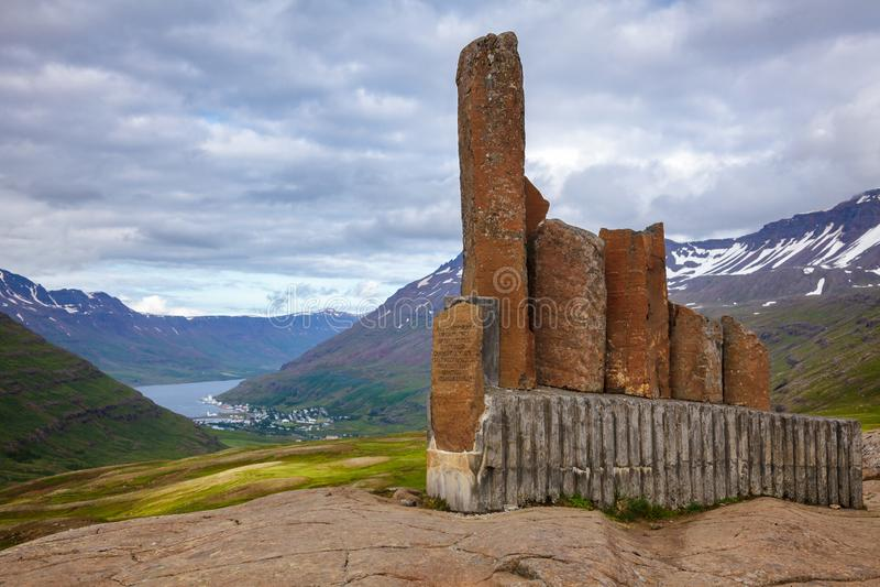 Monumento à passagem de montanha Seydisfjordur de Torbjorn Arnoddsson Fjardarheidi do viajante Islândia oriental Escandinávia fotografia de stock royalty free
