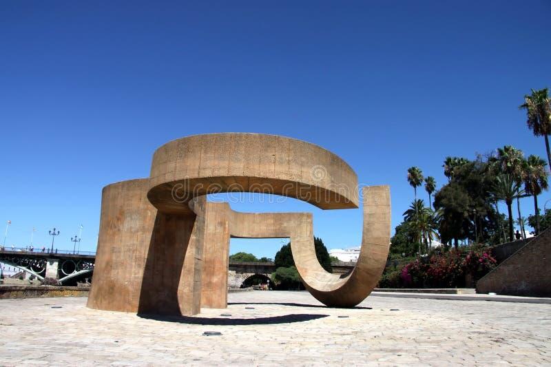 Monumento à tolerância de Eduardo Chillida ao lado do rio Guadalquivir na cidade de Sevilha imagens de stock royalty free