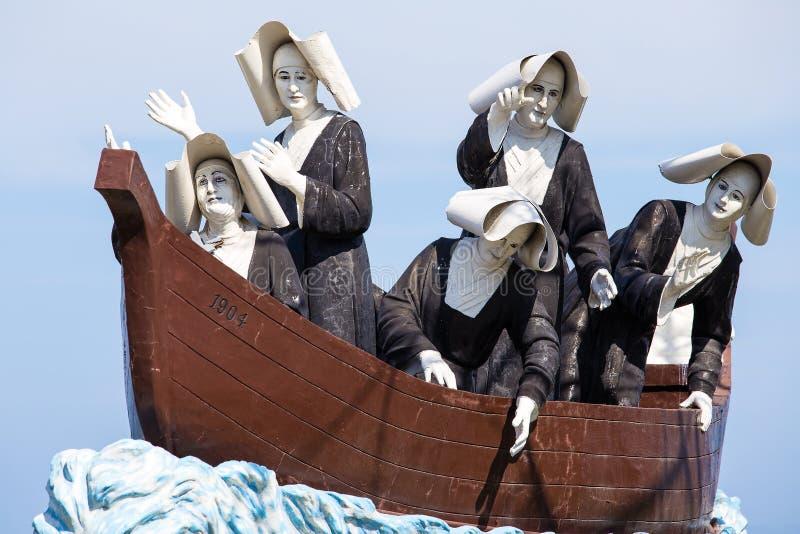 Monumento às freiras na margem em Dumaguete, Filipinas fotos de stock royalty free