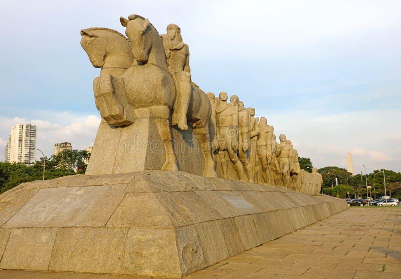 Monumento ως μνημείο Bandeiras στις σημαίες στο πάρκο Ibirapuera, πόλη του Σάο Πάολο, Βραζιλία στοκ εικόνες