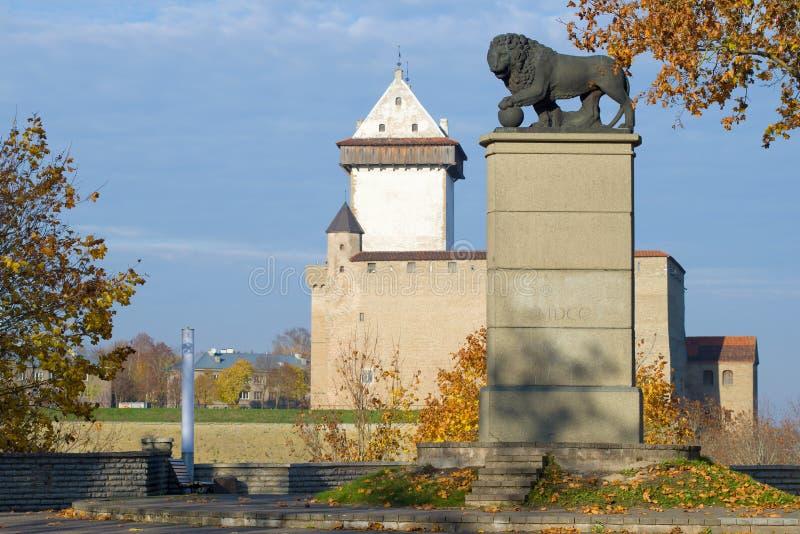 Monumento 'el león sueco 'en el fondo del castillo de Herman Narva imagen de archivo