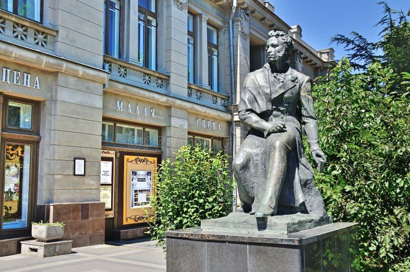 Monumento ad Alexander Pushkin vicino al teatro russo accademico della Crimea di dramma nominato dalla m. Gorkij a Simferopoli immagine stock libera da diritti