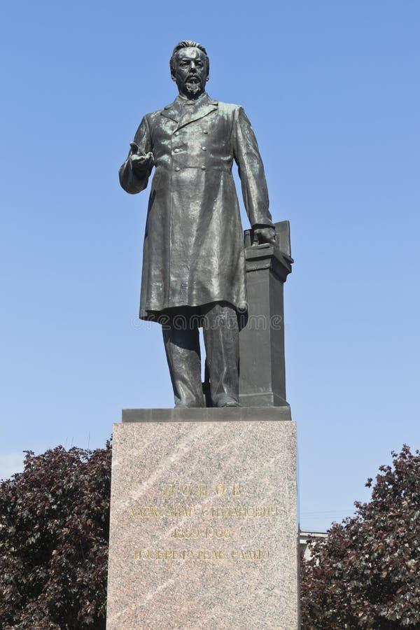 Monumento ad Alexander Stepanovych Popov sul viale di Kamennoostrovsky a St Petersburg fotografia stock libera da diritti