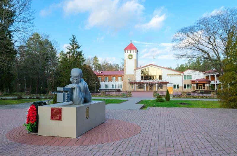 Monumento agli soldato-artiglieri morti davanti alla foresta di Bialowieza del ristorante, distretto di Kamenets, regione di Bres immagine stock libera da diritti