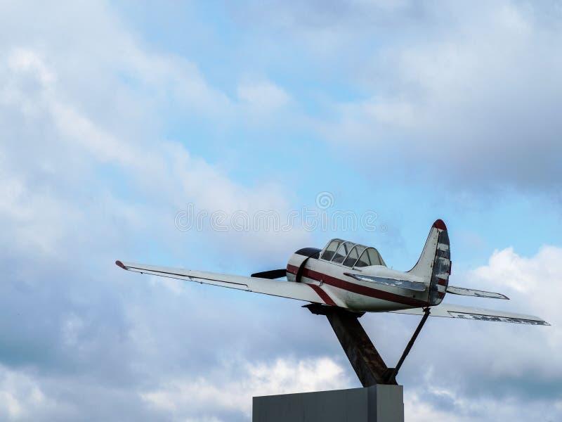 Monumento agli sport sovietici ed all'aereo di addestramento - gli aerei Yak-52 spianano in parco Tanai a Novosibirsk fotografia stock