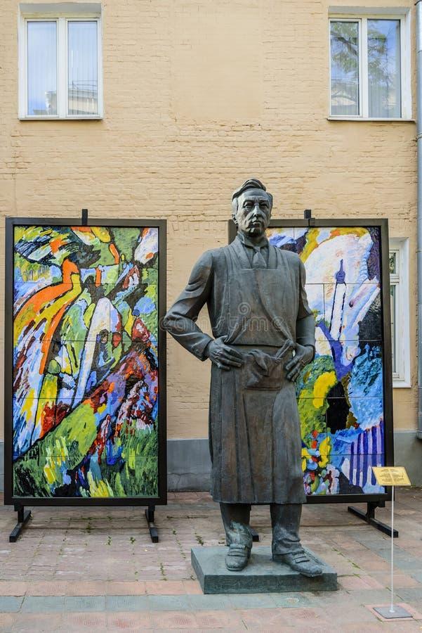Monumento al artista-abstractionist Vasily Kandinsky Autor Tsereteli, bronce imagen de archivo