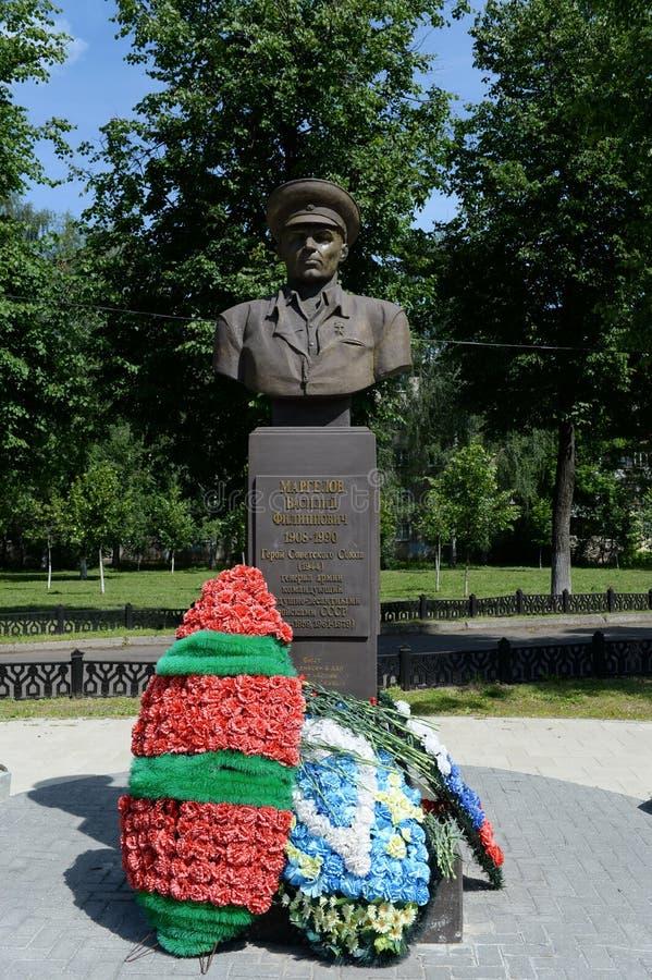 Monumento al comandante de las tropas aerotransportadas del general Vasily Margelov del ejército de URSS en Yaroslavl foto de archivo libre de regalías