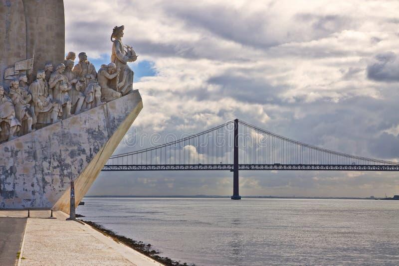 Monumento al DOS Descobrimentos de Padrao de los descubrimientos en el r?o Tagus con la opini?n sobre la 25ta de April Bridge Lis fotografía de archivo
