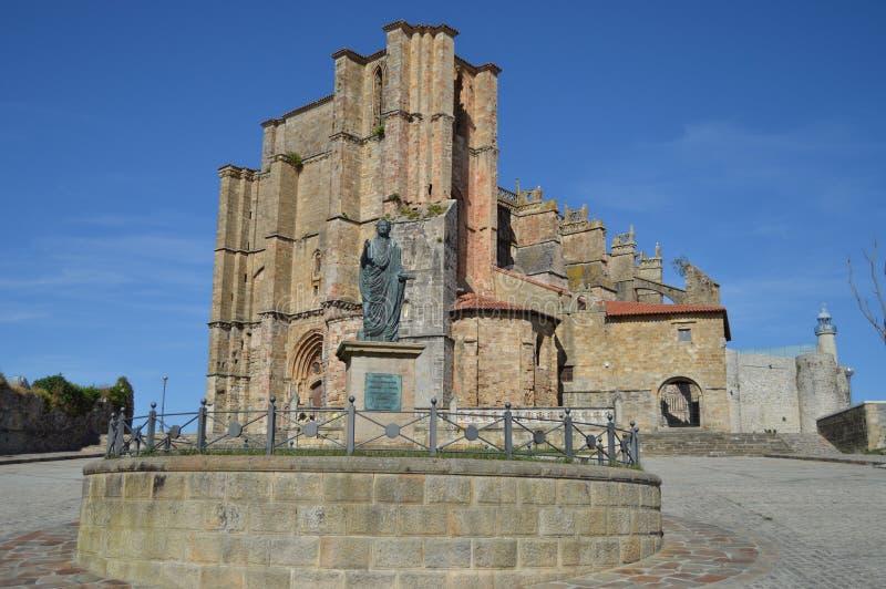 Monumento al emperador Cesar Vespasiano Augusto Founder de la colonia delante de la iglesia de nuestra señora de la suposición an imagen de archivo