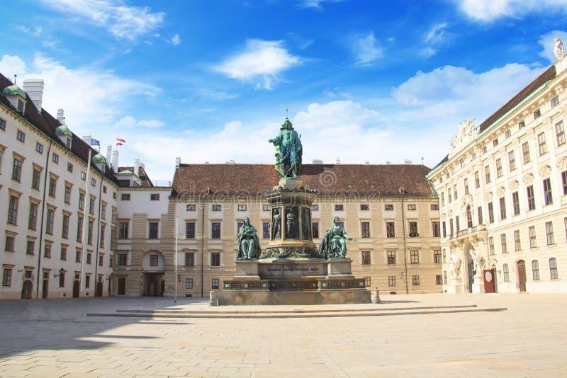 Monumento al emperador Franz Joseph I en el der Bourg del mesón en Viena, Austria imagenes de archivo