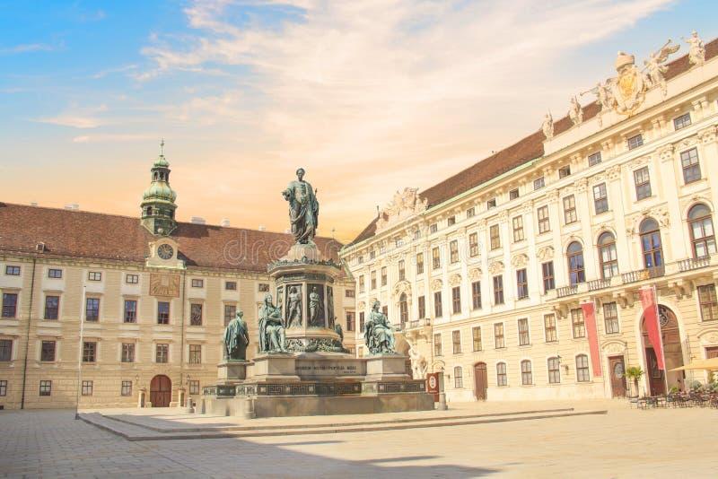 Monumento al emperador Franz Joseph I en el der Bourg del mesón en Viena, Austria foto de archivo