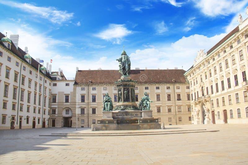 Monumento al emperador Franz Joseph I en el der Bourg del mesón en Viena, Austria fotos de archivo