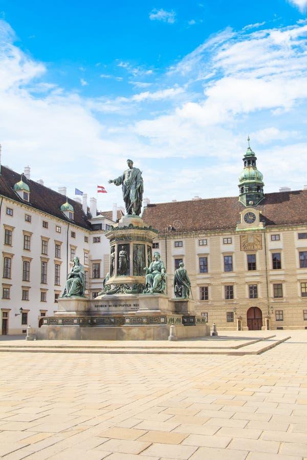 Monumento al emperador Franz Joseph I en el der Bourg del mesón en Viena, Austria imágenes de archivo libres de regalías