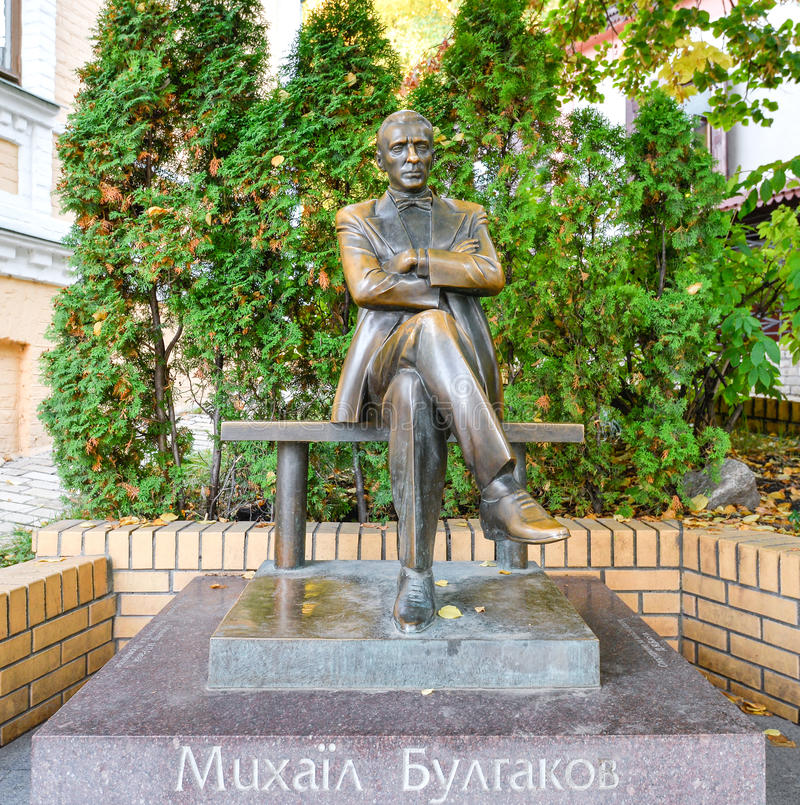 Monumento al escritor famoso Mikhail Bulgakov, Kiev Ucrania, Europa Lugares y señales famosos imagen de archivo