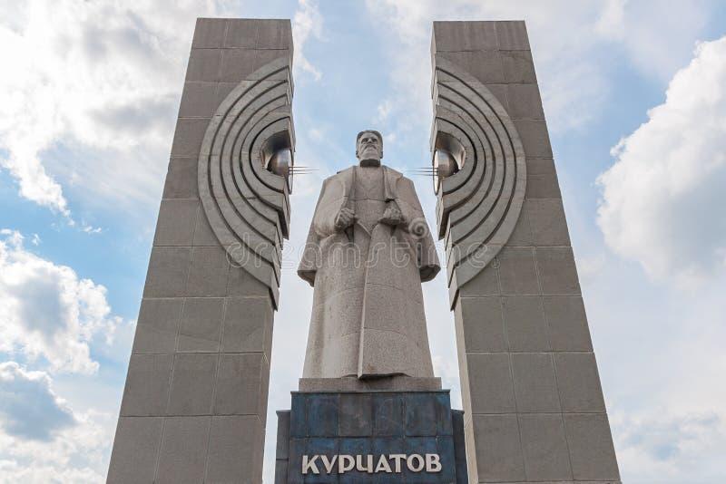 Monumento al físico nuclear Kurchatov en Cheliábinsk, Rusia imagenes de archivo