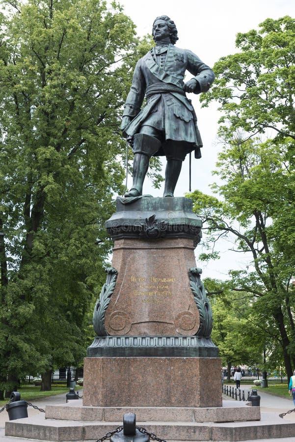Monumento al fundador de Kronstadt Peter 1 imagen de archivo