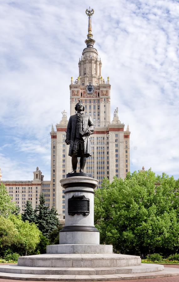 Monumento al fundador de la universidad de Moscú, Mikhail Lomonosov, el edificio principal de la universidad de estado de Moscú e fotos de archivo