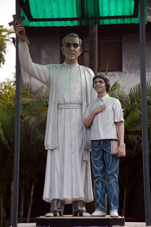 Monumento al misionario croata Ante Gabric de la jesuita en Kumrokhali, la India imagen de archivo libre de regalías