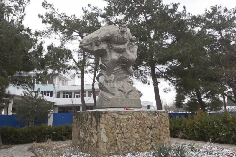Monumento al paracaidista en avenida pionera en el pueblo de imagen de archivo