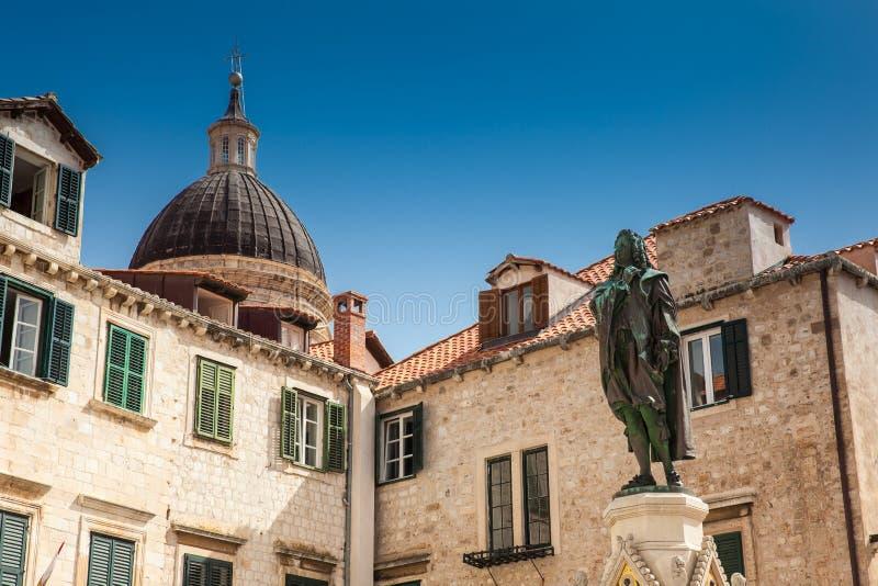Monumento al poeta Ivan Gundulic en el cuadrado de Gundulic en la ciudad vieja de Dubrovnik imagen de archivo libre de regalías
