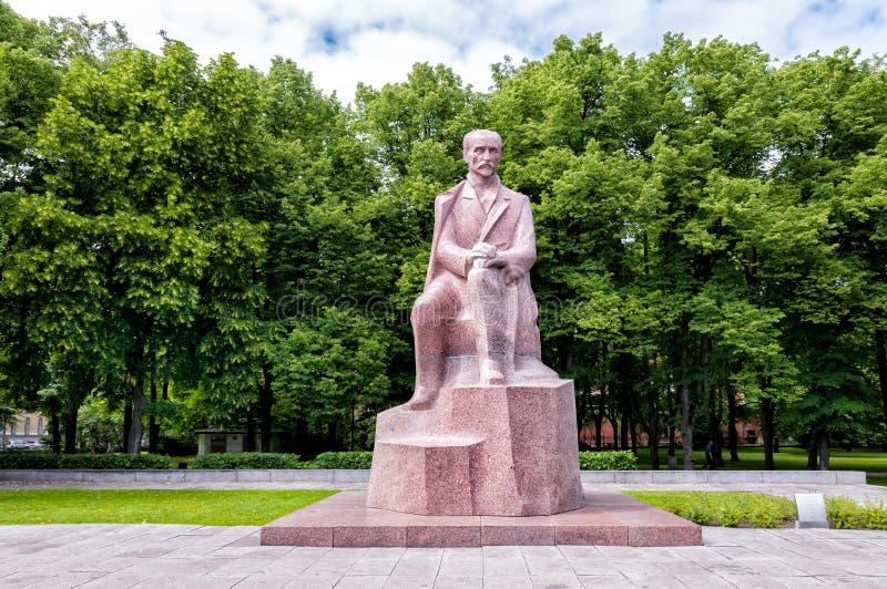 Monumento al poeta nazionale Rainis, Riga, Lettonia fotografia stock