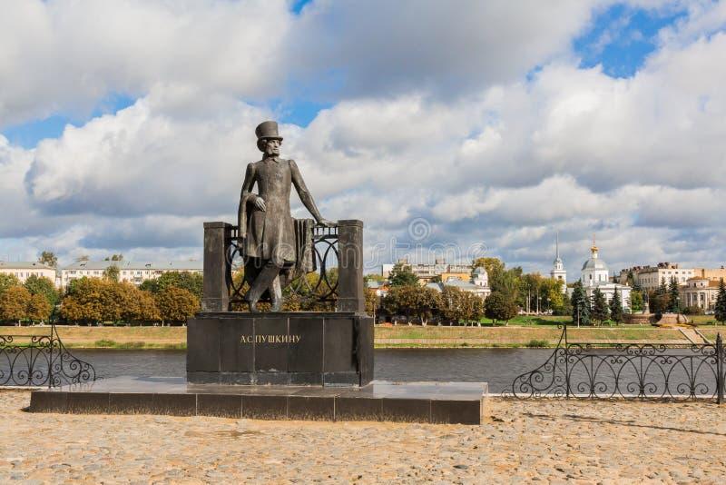 Monumento al poeta ruso Alexander Pushkin en el terraplén en Tver, Rusia Terraplén del río Volga Día del otoño fotografía de archivo libre de regalías