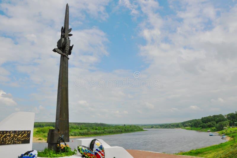 Monumento al residente di Tarusa che sono morto sulle parti anteriori di grande guerra patriottica con fiume di Oka, regione di K fotografie stock libere da diritti