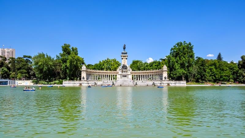 Monumento al rey Alfonso XII en el Parque del Buen Retiro, Madrid, España imagenes de archivo