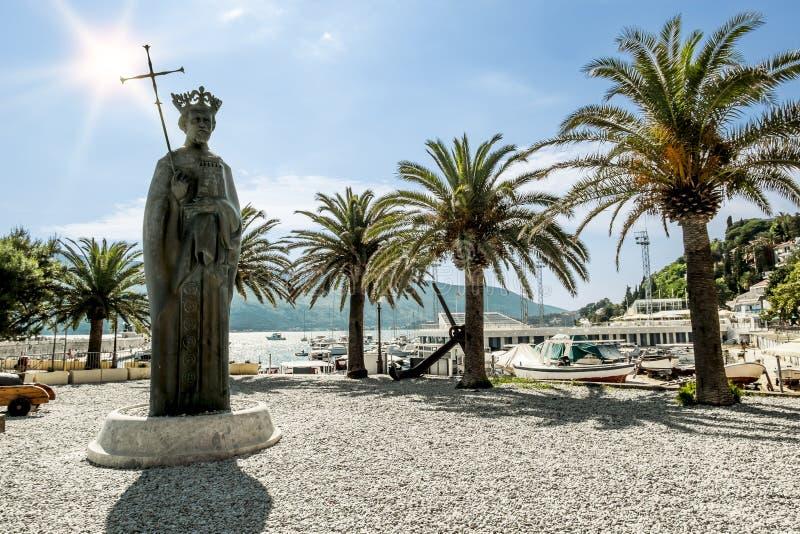 Monumento al rey Tvrtko I en puerto en la ciudad de Herceg fotografía de archivo